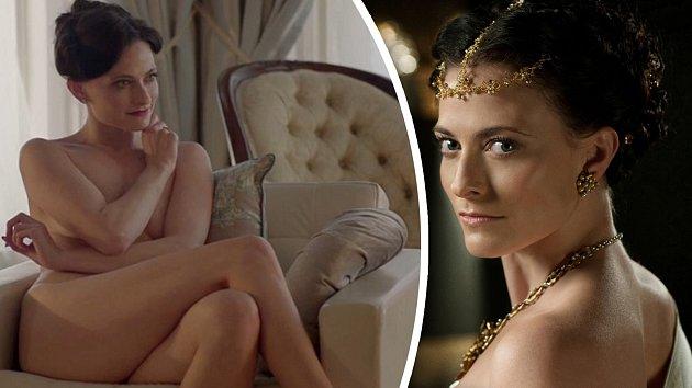 Britská herečka Lara Pulver se před kamerou rozhodně nestydí.