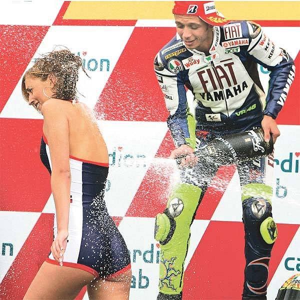 Valentino Rossi postříkal na stupních vítězů půvabnou českou hostesku.