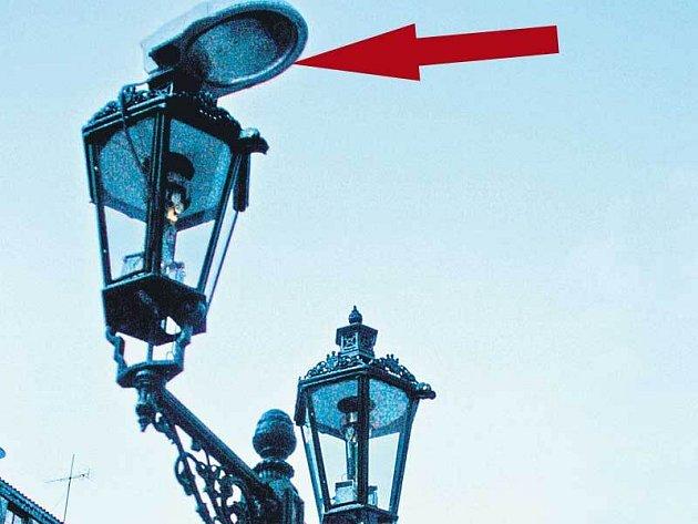 Elektrické osvětlení hyzdí historické plynové lampy.