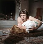 Vefilmu Báječná Angelika (1965) pro změnu objímal Michele Mercierovou.