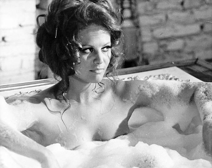Koupala se tam sice nahá, ale nikdy nic neodhalila.