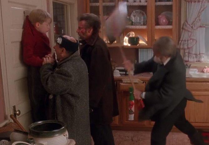 Ve filmu Sám doma je scéna, kdy banditi pověsí Kevina na háček. Harry malého chlapce kousne do ukazováčku a v tom dostane lopatou po hlavě. Ve skutečnosti to bylo přesně tak a Joe Pesci Macaulayho kousnul. Ten má dodneška na prstě jizvu.