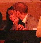 Harry své partnerce zcela podlehl.