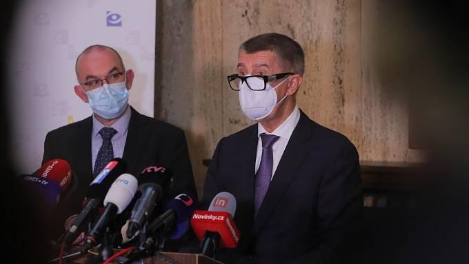 Vláda zavedla povinné nošeni respirátorů.