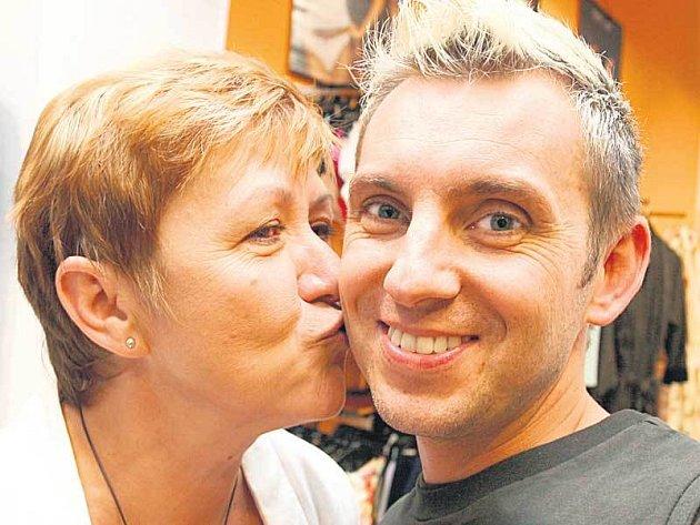 Stylista Kája Pavlíček nejen připravil módní přehlídku, ale chystá vyhlášení Metrosexuála 2007. Šíp ho zachytil při polibku od kolegyně Gábiny, která má výhradní zastoupení Bruno Banani v ČR.