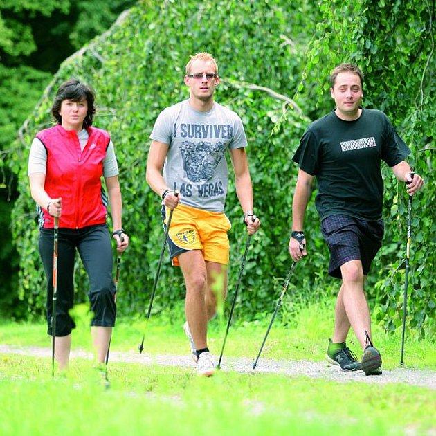 Redaktoři Šípu PLUS v akci. Nejlepší na Nordic walking je, že se většinou provádí na čistém vzduchu a v přírodě, kde se příjemně unavíte a zapomenete na veškeré starosti.