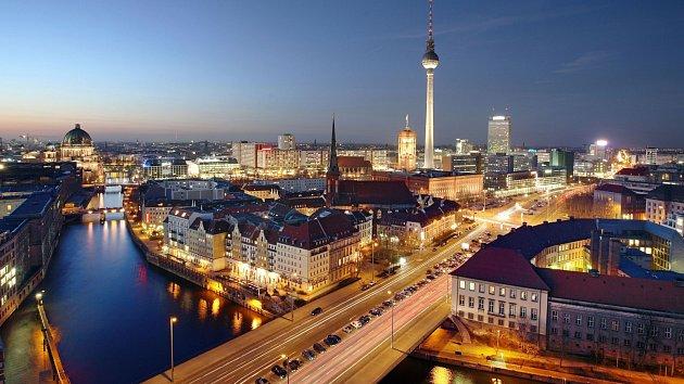 Víte že, Fernsehturm je s výškou 368 metrů o 152 metrů vyšší než Žižkovský vysílač? Není divu, že panorama Berlína snad nejde zachytit bez této věže.