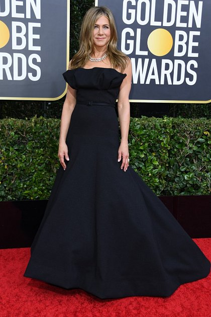 Jennifer Aniston vypadá stále báječně! Nádherné černé šaty jí velice slušely!