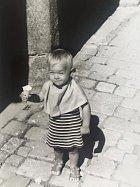 Tříletá na rodinném výletě v Telči. Svůj apetit a vkus pro módu už tehdy nezapřela.