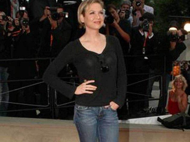 Herečce Renée Zellweger to na slavnostním ceremoniálu i v džínách a triku velmi slušelo.