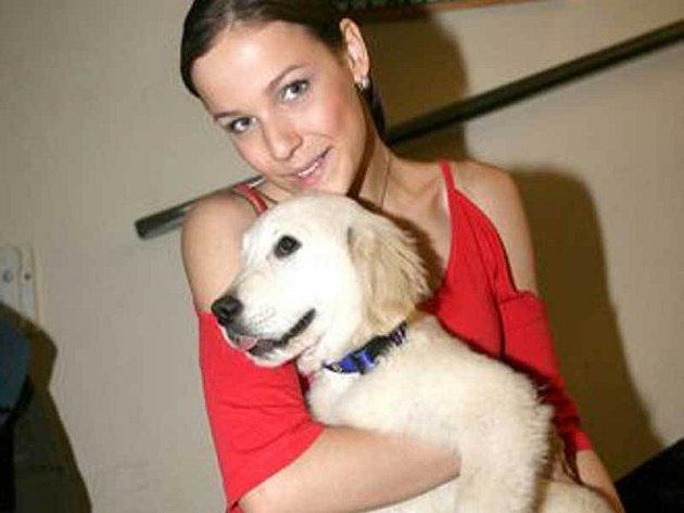 Radka Kocurová hlídá kamarádce labradora.