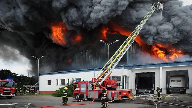 Požár haly v Uhříněvsi