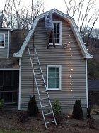 I takhle se dá řešit výzdoba - ten muž, co visí u střechy, není opravdový. Dojem je i tak geniální, navíc s minimální námahou.