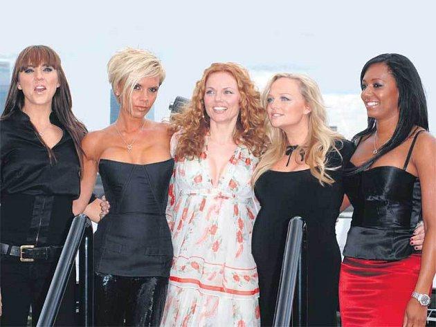Melanie Chisholm, Victoria Beckham, Geri Halliwell, Emma Bunton a Melanie Brown. Spice Girls pod taktovkou Victorie.