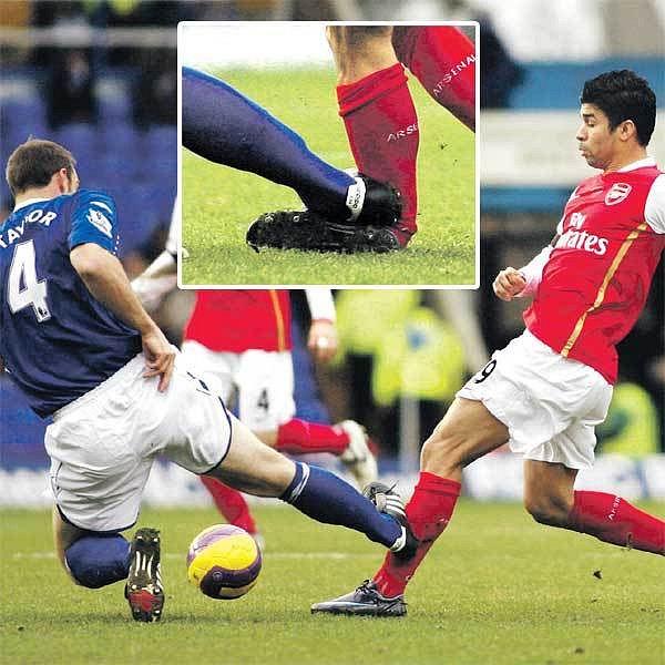 Obránce Birminghamu Taylor (vlevo) surovým zákrokem zlomil nohu nad kotníkem (ve výřezu) útočníku Arsenalu Eduardovi.