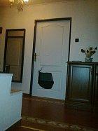 Josef se pomstil na dveřích do pokoje Dariny...