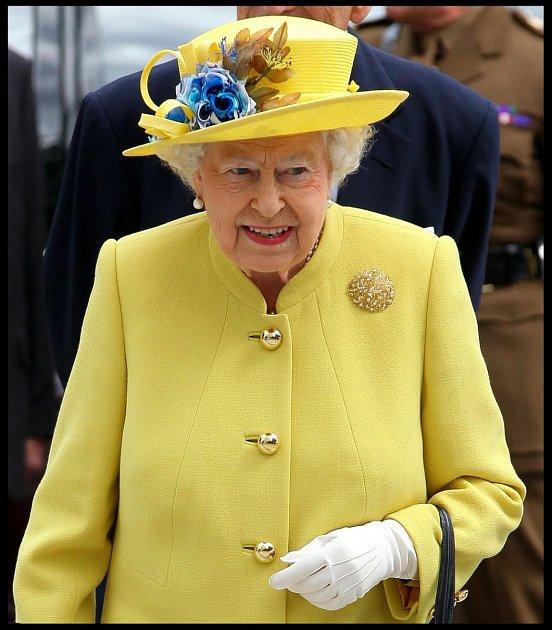 Královna problémy se zády schovává za cyhtře šité kabáty.