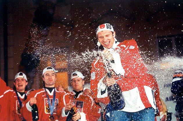 Na Staroměstském náměstí si to hokejisté doslova užívali.