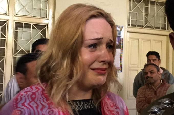 Obviněná pašeračka ovšem tvrdí, že stala obětí komplotu!Terezu Hlůškovou zadrželi strážníci přesně před dvěma lety na letišti v Láhauru. Tehdy se běžná kontrola zavazadel změnila pro mladou dívku v noční můru.