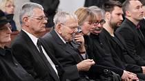 Zdrcený manžel Věry Tichánkové Jan Skopeček celý obřad proplakal.