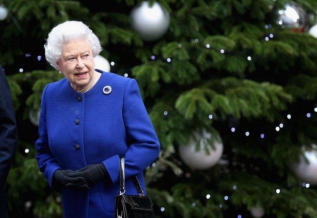 2012: Královna Alžběta před velkým stromkem