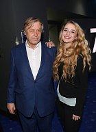 Se svou krásnou dcerou, kterou ještě musí živit.