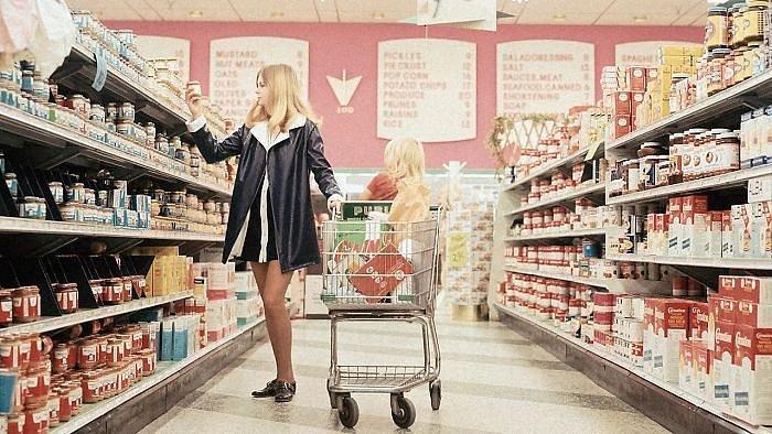 Žena v minisukni v obchodě? Neslýchané! Ale to už jsme v 70. letech, tam to nevadilo.
