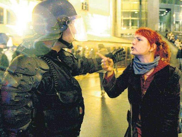 Francouzská demonstrantka se dohaduje s policistou.