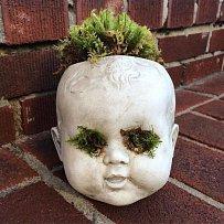 Děsivé květináče vyrobené z panenek.