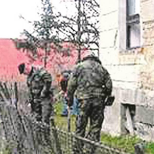 Policisté prohledávají poštu ve Starém Bydžově, kterou přepadl odsouzený vrah.