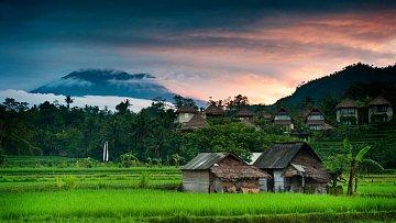 Sopka Gunung Agung s výškou 3142 metrů dotváří panorama každého snímku ostrova.