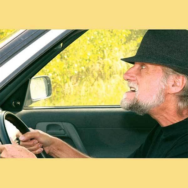 Staří řidiči často budí hrůzu. Hůř vidí, mají pomalejší reakce a troubení a nadávky ostatních účastníků silničního provozu neslyší. Přesto se řidičáku vzdát nechtějí.