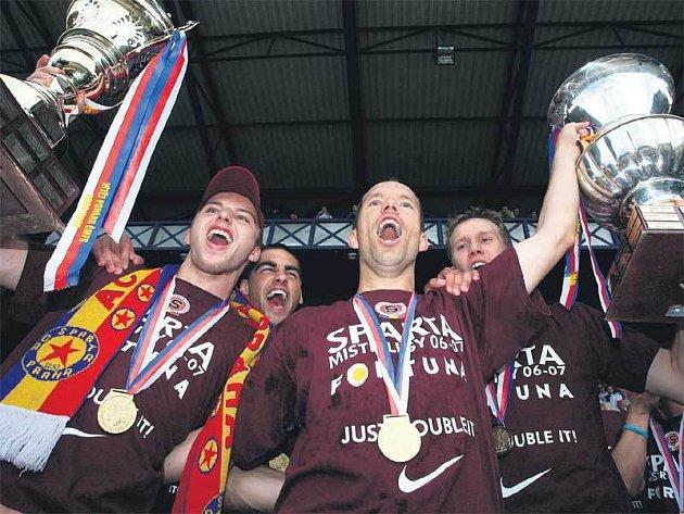 Pavel Horváth a Michal Kadlec (vlevo) třímají poháry za dva letošní sparťanské triumfy.