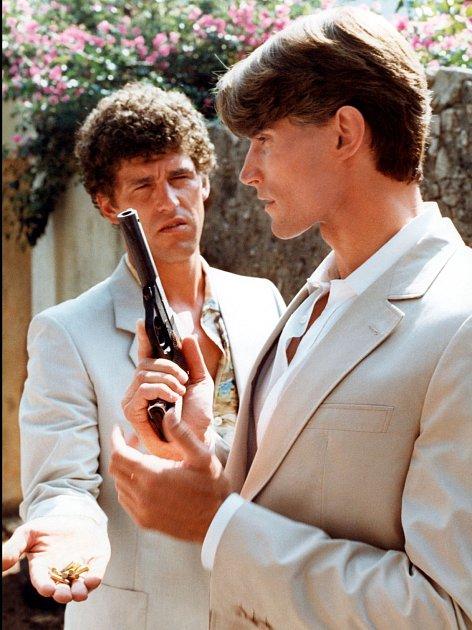 Miles (vpravo) vefilmu S.A.S. San Salvador (1983).