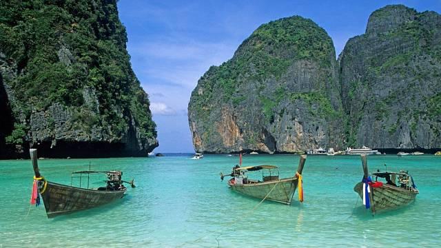 Takhle vám cestovky ukážou pláž Maya Bay v Thajsku. Idylka, viďte?