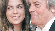 Alain Delon je na svoji dceru Anouchku velmi pyšný.
