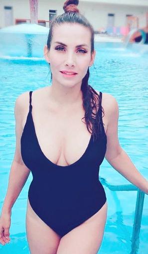 Slavné krásky vtěchto vedrech nosí jen titěrné plavečky.
