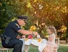 Holčička uspořádala čajový dýchánek pro policistu, který jí zachránil život.