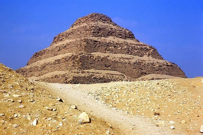 Klenotem Sakkáry je stupňovitá Džoserova pyramida.