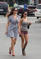 Kelly Brook a Natalie Loren vyrazily na procházku.