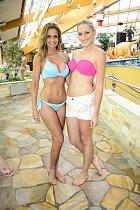 Tady je třeba záběr na natáčení Snídaně s novou v bazénu.