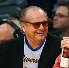Johnnyho, v knižní předloze od Kinga, Jacka, hrál Jack Nicholson, který je stálicí stříbrného plátna. Doma se mu hřeje Oscar a mnoho dalších prestižních cen. Jack je prostě boží.