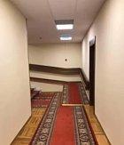 Chodba v hotelu, která působí jako po vodce sama o sobě.