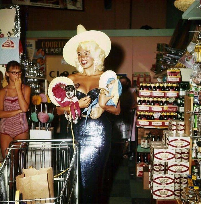 Tohle je Jayne Mansfield, slavná herečka, které si zašla na nákup se svými pejsky.