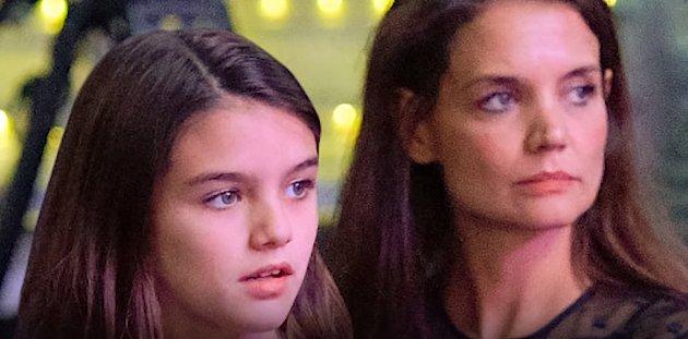 Suri Cruise je sotva dvanáct let, ale své mamince je podobná ohromně. Jen se podívejte na to, jak ty dvě vedle sebe vypadají. Chápete, že jsou to matka a dcera? Nám přijde, že Katie vypadá spíš jako slečna na hlídání.