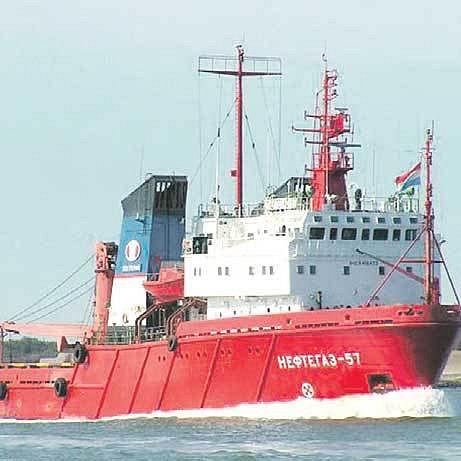 Ukrajinská loď Něftěgaz uvěznila většinu posádky v hloubce 35 metrů.