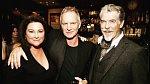 Pierce Brosnan s manželkou a Stingem.