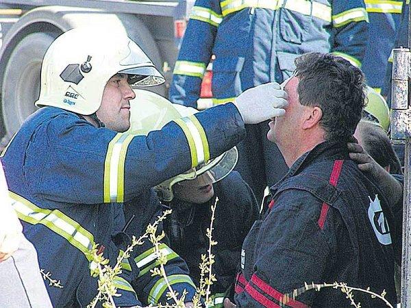 Jeden zpracovníků, kteří na pumpě kalibrovali přístroje, utrpěl lehké popáleniny.