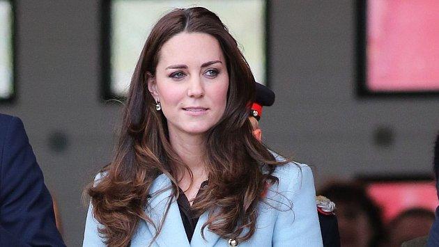 Chudák Kate, zase na ni útočí.