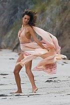Její šaty ve větru vítr rozfoukával do všech stran.